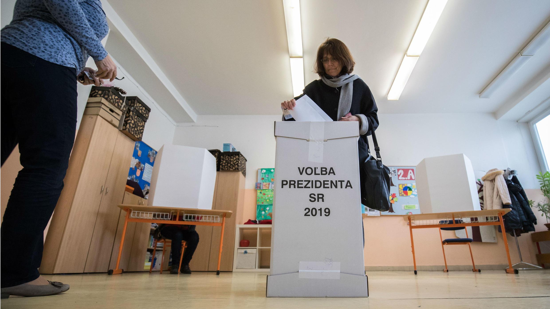 Una mujer eslovaca ejerciendo su derecho ciudadano al voto en los comicios presidenciales de Eslovaquia. Brastislava, Eslovaquia, 16 de marzo de 2019.