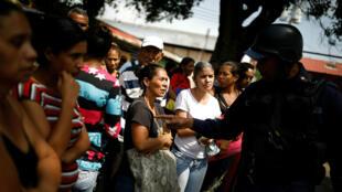 Familiares de los presos esperan información de la policía tras el motín ocurrido en cárcel de Carabobo. Marzo 29 de 2018.