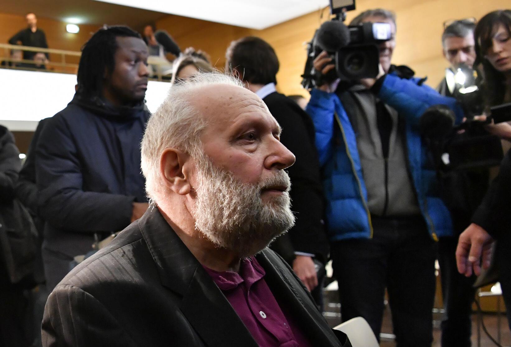 El exsacerdote de Lyon Bernard Preynat, condenado en marzo de 2020 a cinco años de prisión por agresiones sexuales a menores. En la imagen, al comienzo del juicio en enero de 2020 en el Palacio de Justicia de Lyon, Francia.