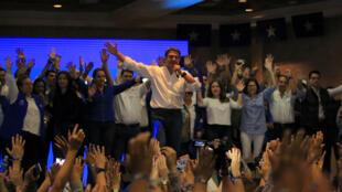 El presidente de Honduras Juan Orlando Hernández (c) habla al declararse ganador de las elecciones presidenciales, en Tegucigalpa (Honduras).