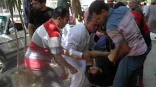 Un blessé en marge d'une manifestation pour le premier anniversaire de la destitution de Mohamed Morsi, juillet 2014