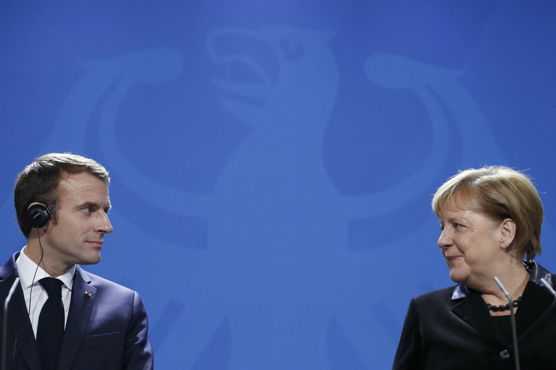 الرئيس الفرنسي ايمانويل ماكرون والمستشارة الالمانية انغيلا ميركل في 18 تشرين الثاني/نوفمبر 2018 في برلين