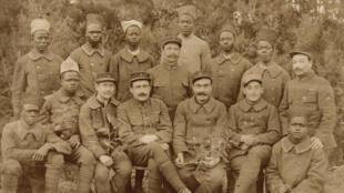 La 3e compagnie du 5e bataillon de tirailleurs sénégalais, au début de l'année 1917. Marcel Counord est le 3e assis à partir de la gauche.