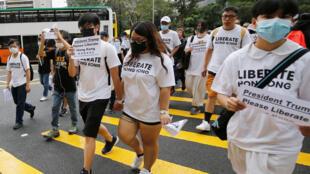 Los activistas de Hong Kong marchan hacia los consulados internacionales en un intento por reunir el apoyo de gobiernos extranjeros para luchar contra un polémico proyecto de ley de extradición, en Hong Kong, China, el 26 de junio de 2019.