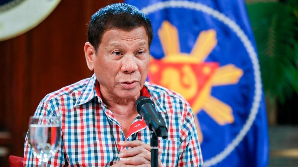 El presidente Duterte amenazó con la aplicación de la ley marcial de un encierro de un mes en la principal región norte del país a medida que aumentaban las violaciones de la cuarentena. En la imagen aparece Duterte dirigiéndose a la nación por medio de un discurso desde el palacio  de Malacanang en Manila, Filipinas. 16 de abril de 2020.
