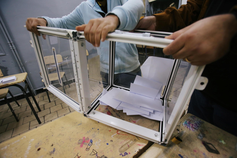 Los jurados de votación vacían una urna al final de las elecciones presidenciales Argel, Argelia, el 12 de diciembre de 2019.