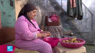 صورة لأم خالد، إحدى سكان الأحياء الفقيرة في مدينة طرابلس اللبنانية
