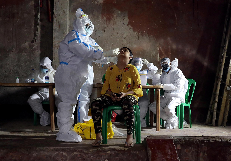 Una mujer se hace la prueba del coronavirus en Calcuta, India, el 23 de julio de 2020.