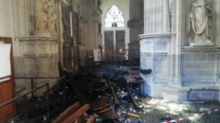 Les débris dans la cathédrale Saint-Pierre-et-Saint-Paul de Nantes, après l'incendie qui a embrasé le monument, le 18 juillet 2020.