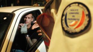 Un automobiliste effectuant un dépistage d'alcoolémie.