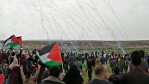 فلسطينيون يحتجون على الحدود بين غزة وإسرائيل