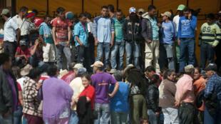 Personas desplazadas se reúnen en el parque del municipio de Santa Rosas de Osos, departamento de Antioquia, Colombia, en esta foto archivo del 8 de noviembre de 2012. La ONU reportó que más de 800 personas han visto desplazados en los inicios del año 2018.