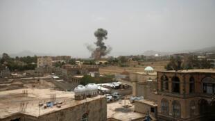 Una columna de humo se levanta luego de producirse un ataque por parte de fuerzas de la coalición en la provincia de Saada el 9 de agosto de 2018.