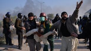 Un militant du groupe religieux Tehreek-e-Labaik, blessé pendant la manifestation à Islamabad au Pakistan, le 25 novembre 2017.