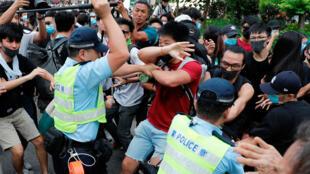 اشتباكات بين الشرطة والمتظاهرين خلال مسيرة احتجاج في شيونغ شوي، 13 يوليو/تموز 2019
