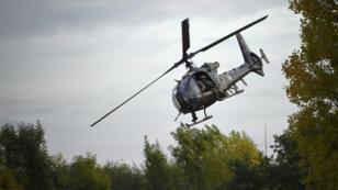 Un hélicoptère Gazelle de l'armée de l'air prend part à une démonstration, le 19 octobre 2017, sur le site de l'Institut des hautes études de défense nationale (IHEDN) de Versailles-Satory.