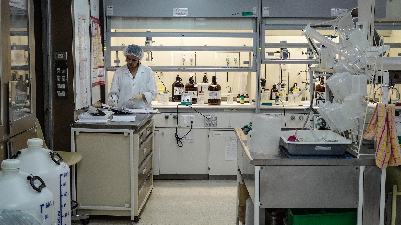Archivo: Una científica trabaja en un laboratorio del Centro de Ingeniería Genética y Biotecnología de La Habana, el 12 de abril de 2018.