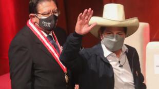 El presidente electo de Perú, Pedro Castillo (D), saluda tras recibir sus credenciales para el periodo 2021-2026 durante una ceremonia celebrada en Lima, el 23 de julio de 2021