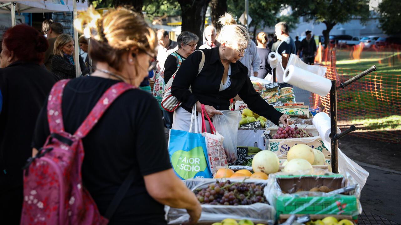 Una mujer compra frutas y verduras en una feria comunitaria para combatir la inflación, este miércoles en Buenos Aires (Argentina).