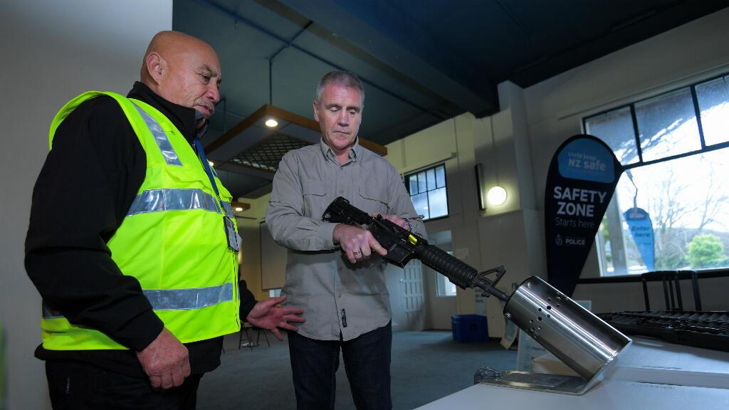 Esta foto tomada el 4 de julio de 2019 muestra a los oficiales de policía manejando un arma en una vista previa de la prensa antes de un plan de recompra de armas en el hipódromo de Trentham en Upper Hutt, cerca de Wellington, Nueva Zelanda.