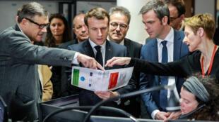 El presidente francés Emmanuel Macron y el ministro de Sanidad, Olivier Véran, escuchan al profesor Pierre Carli (izquierda), director de los servicios de urgencia del hospital Necker SAMU-SMUR, durante una visita al centro asistencial el 10 de marzo de 2020.