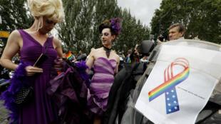 Les participants à la Gay Pride ont rendu hommage aux victimes de la tuerie d'Orlando le samedi 2 juillet 2016, à Paris.