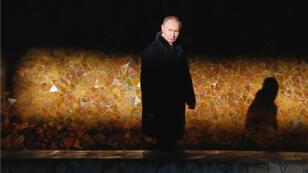 El presidente ruso Vladimir Putin durante una ceremonia en el monumento de Mamayev Kurgan, en la ciudad de Volgogrado el 2 de febrero de 2018.