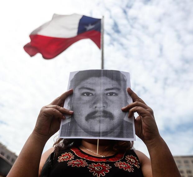 Un grupo de personas participa en una concentración pacífica con fotografías de Camilo Catrillanca, el joven mapuche asesinado de un balazo durante un operativo policial en la región de La Araucanía.