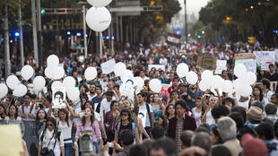 Des milliers de personnes manifestent à Mexico en soutien au 43 étudiants disparus.