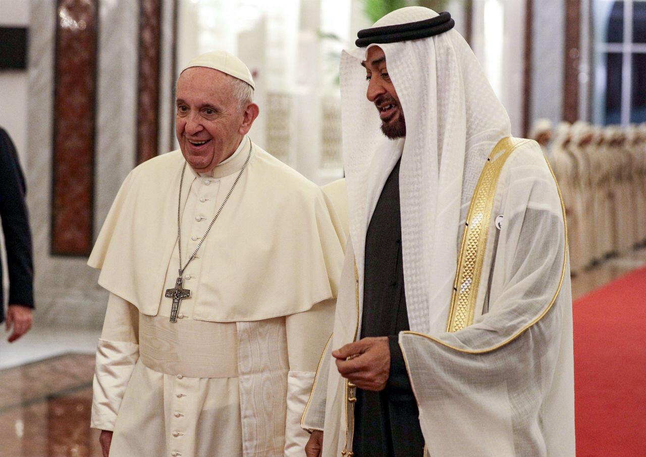 Le pape Francois est accueilli à son arrivée à l'aéroport, par le prince héritier d'Abu Dhabi, Mohammed ben Zayed Al-Nahyane, dimanche 3 février 2019.