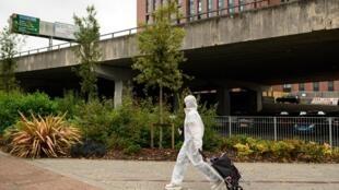 شاب أمام جامعة كوفنتري في بريطانيا في 23 أيلول/سبتمبر 2020
