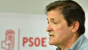 Javier Fernandez, président du Comité de direction du Parti socialiste espagnol (PSOE) donne une conférence de presse à l'issue d'une réunion extraordinaire du Comité fédéral du parti, à Madrid, le 23 Octobre 2016.