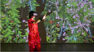 """L'artiste Mélanie Courtinat et son œuvre en réalité virtuelle """"I Never Promised You A Garden""""."""