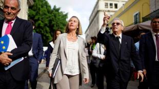 La diplomática de la Unión Europea Federica Mogherini habla con Eusebio Leal, un destacado intelectual y el historiador oficial de la ciudad de La Habana mientras caminan por la Habana Vieja, Cuba, 3 de enero de 2018.