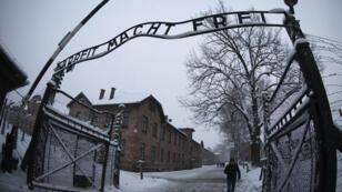 """La tristement célèbre inscription à l'entrée du camps d'extermination d'Auschwitz-Birkenau : """"Le travail rend libre"""""""