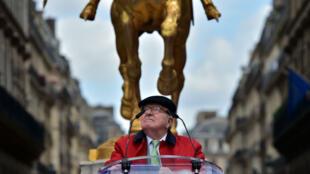 Jean-Marie Le Pen, le 1er mai 2017, devant la statue de Jeanne d'Arc, à Paris.