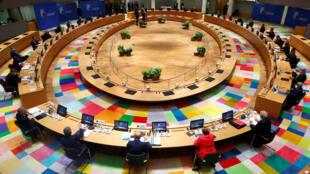 Los líderes de la Unión Europea participan en la primera cumbre de la UE cara a cara, tras el brote por coronavirus, en Bruselas, Bélgica, el 17 de julio de 2020.
