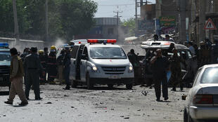 الشرطة الأفغانية في المكان الذي وقع فيه التفجير 17 آيار / مايو 2015