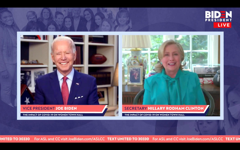 El candidato demócrata, Joe Biden, sonríe mientras Hillary Clinton lo respalda para la presidencia en una captura de pantalla realizada durante un ayuntamiento en línea sobre el impacto de la enfermedad COVID-19 en las mujeres que huyen del hogar de Biden en Wilmington, Delaware, EE.UU., el 28 de abril de 2020.