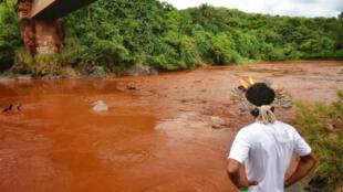 Un miembro de una comunidad indígena ante una de las zonas afectadas por la rotura de represa en Brumandinho, Brasil, el 30 de enero de 2019.