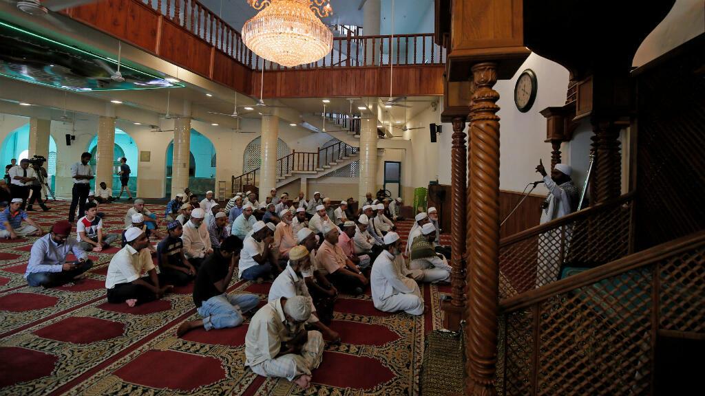 Algunos musulmanes asisten a la oración del viernes 26 de abril de 2019 en una mezquita en Colombo, cinco días después de los ataques bomba dirigidos a algunas iglesias católicas y hoteles de lujo en Sri Lanka.