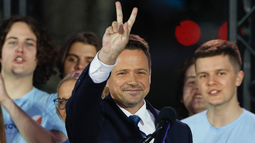 El candidato moderado de Plataforma Cívica a la presidencia de Polonia y alcalde de Varsovia, Rafał Trzaskowski, saluda a sus seguidores en la capital del país. El 12 de julio de 2020.