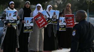 Des femmes protestent contre la détention de prisonniers palestiniens devant la prison israélienne d'Ayalon le 27 février 2017.