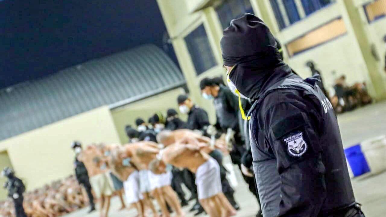 Miembros de pandillas son asegurados durante una operación policial en la cárcel de Izalco, durante un encierro de 24 horas ordenado por el presidente de El Salvador, Nayib Bukele, en Izalco, El Salvador, el 25 de abril de 2020
