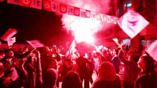 Los partidarios del partido islamista Ennahda celebran fuera de la sede del partido después de autoproclamarse ganadores en una encuesta local en Túnez, Túnez, el 6 de mayo de 2018.