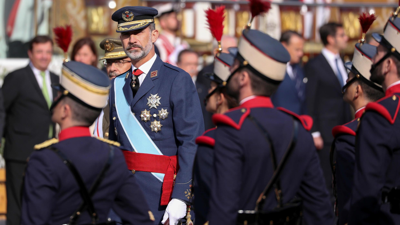 El Rey Felipe VI de España revisa a un guardia durante el desfile militar que conmemora el Día Nacional de España en Madrid este 12 de octubre de 2017.