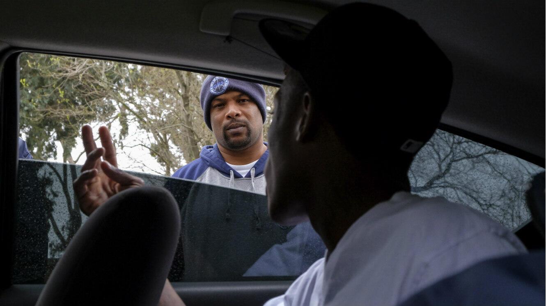 l'Office of Neighborhood Safety de Richmond, en Californie, aide des jeunes délinquants à revenir dans le droit chemin en octroyant conseils et argent.