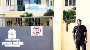 Un policier sénégalais garde l'entrée du collège Bosphore de Dakar, dépendant de l'association Yavuz Selim, le 2 octobre 2017.
