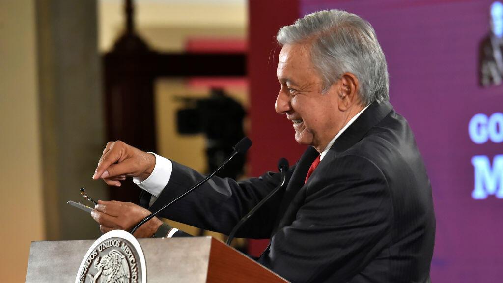 El presidente de México, Andrés Manuel López Obrador, muestra una pequeña cámara hallada en una sala donde celebra sus reuniones privadas en el Palacio Nacional, en Ciudad de México, México, el 3 de septiembre de 2019.