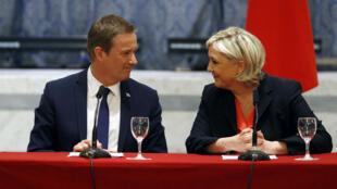 Nicolas Dupont-Aignan et Marine Le Pen lors d'une conférence de presse commune, samedi 29 avril.
